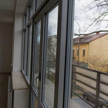 fasada drzwi aluminiowe siedlce kolor srebrny ral 9006 energooszczedny pakiet trzy szybowy